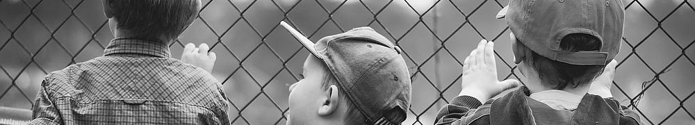 Kinder am Zaun gefangen