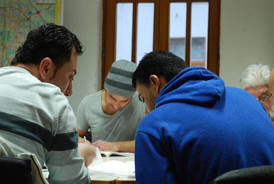 Junge Geflüchtete lernen Deutsch beim IIK
