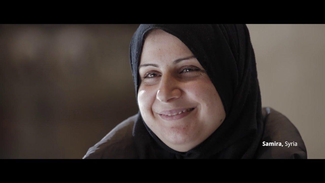Freundlich lächelnde Frau im Video Amnesty International #LookBeyondBorders