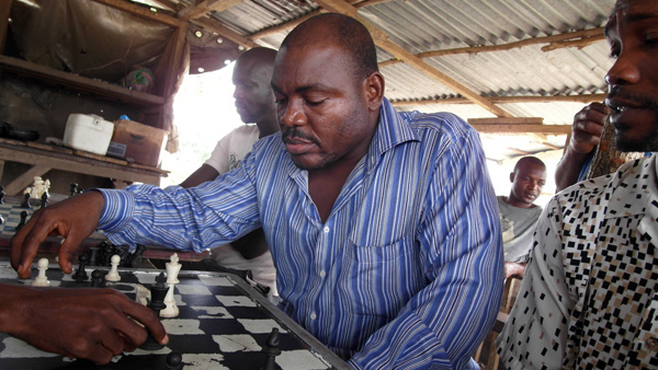 Joshua Milton Blahyi spielt Schach