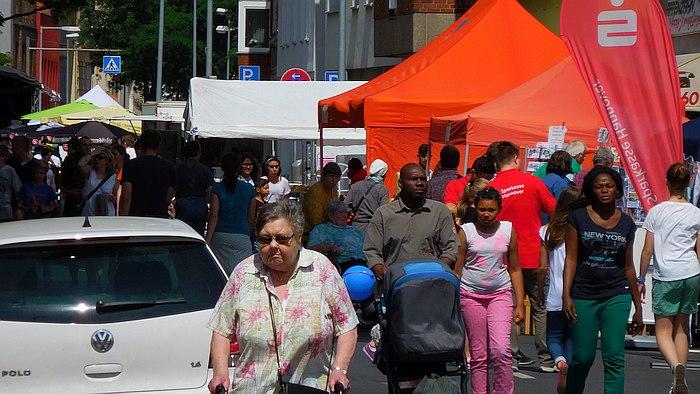 Publikum beim Straßenfest Lust auf Linden-Süd