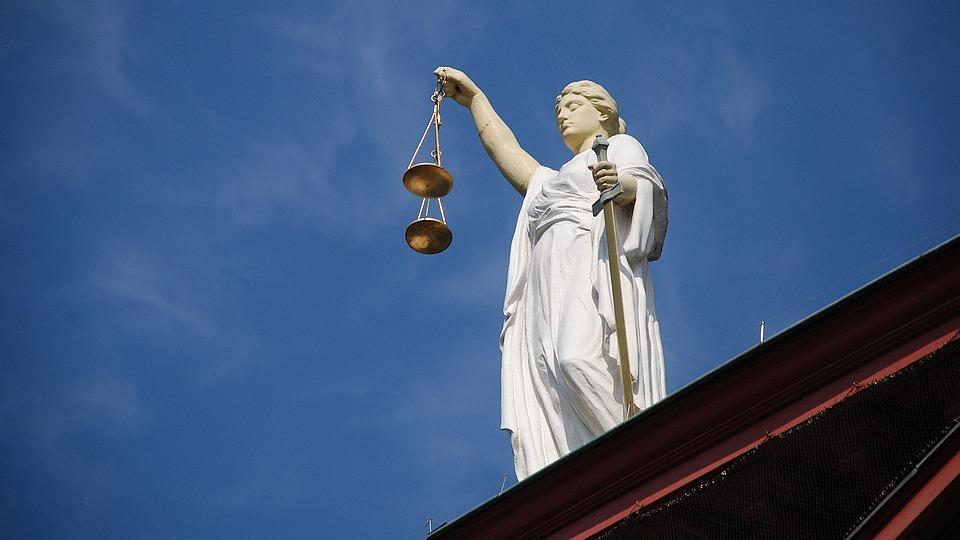 Justitia, Statue auf dem Dach