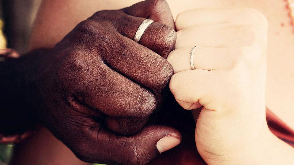Beziehung, Relationship, Symbolbild, zwei Hände aneinander gepresst, mit Ehering