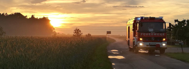 Feuerwehrauto im Sonnenuntergang